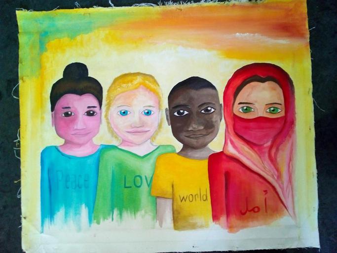 Maalaus neljästä henkilöstä. Ensimmäisellä on tummat hiukset nutturalla ja sininen paita, jossa lukee Peace. Toisella on vaaleat lyhyet hiukset ja vihreä paita, jossa lukee LOVE. Kolmannella on tummat lyhyet hiukset ja keltainen world-paita. Neljännellä on ruskeat punaisen huivin suojaamat hiukset ja punainen paita, jossa lukee أمل